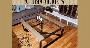 Une table de salon en pin avec un dessus en verre trempé