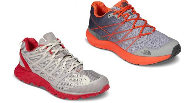 Une paire de chaussures North Face