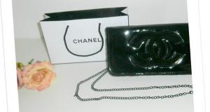Un sac à main et un sac à provisions Chanel