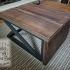 Une table de salon entièrement fait de pin