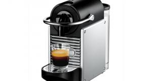 Une cafetière Nespresso modèle Pixie de couleur noire