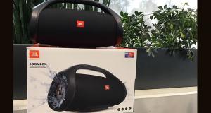2 haut-parleurs JBL de 550 $ chacun