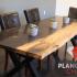 Table faite de béton poli teint noir ainsi que de bois de cerisier