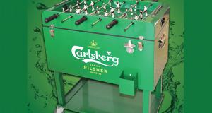 Une table de babyfoot mobile Carlsberg qui est aussi une glacière
